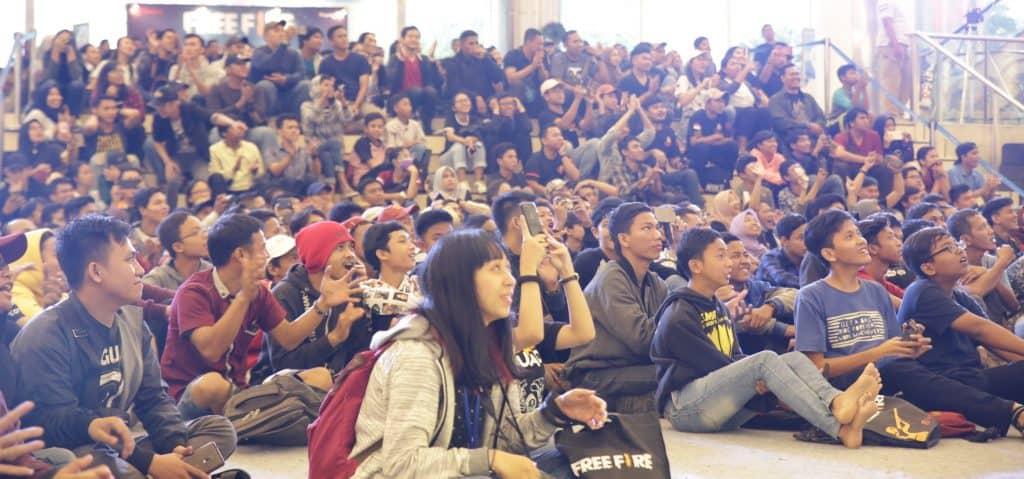 Keseruan penonton menyaksikan pertandingan